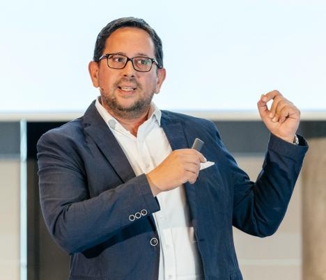 Enrique Tarragona appelliert an die Verlagsbranche. bei der Monetarisierung von Podcasts nicht die gleichen Fehler zu begehen wie beim Aufkommen des Internets/ Foto: Oliver Reetz - Hanseshot